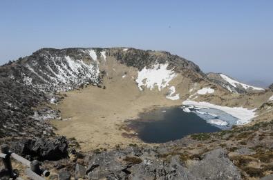 제주 한라산 백록담에 형성된 칼데라로 화산활동으로 함몰돼 생긴 원추형의 요지다.  News1