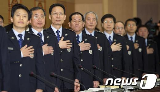 [사진]국민의례하는 세관장들