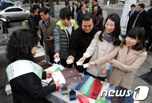 [사진]용띠생들 넥타이 받고 기부도 참여하세요
