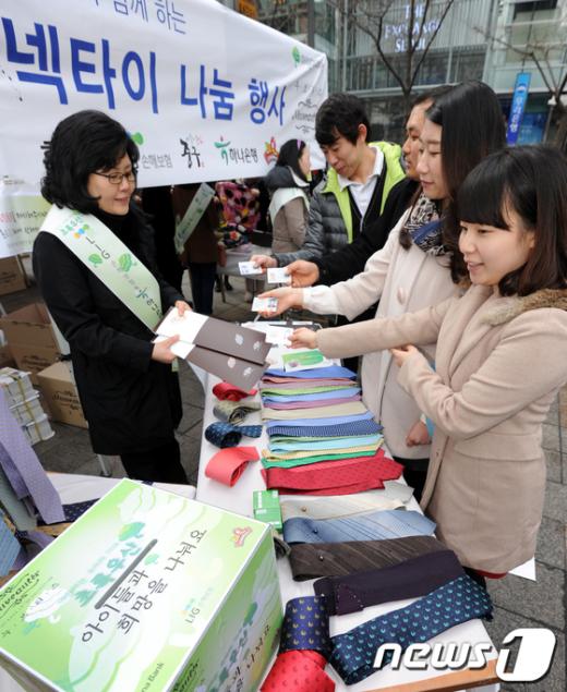 [사진]용띠생 시민들 넥타이 무료 증정