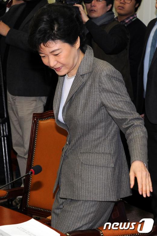 [사진]비대위회의 참석하는 박근혜 비대위원장