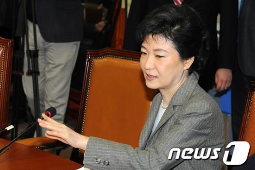 [사진]생각하는 박근혜 비대위원장