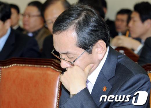 [사진]자료살피는 김동수 공정거래위원장
