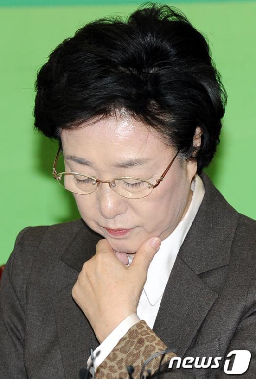 민주통합당 한명숙 대표가 지난 1일 오전 국회에서 열린 최고위원회의에 참석해 생각에 잠겨있다.  News1 이광호 기자