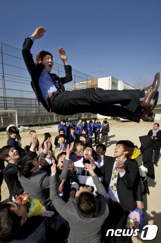 [사진]'야호, 졸업이다!'