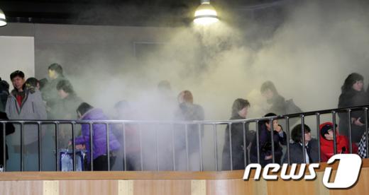 [사진]소화기 뿌려진 졸업식장
