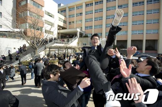 7일 오전 서울 광진구 대원고등학교에서 졸업식을 마친 학생들이 홀가분한 마음에 친구들을 헹가레치고 있다.  News1   이명근 기자