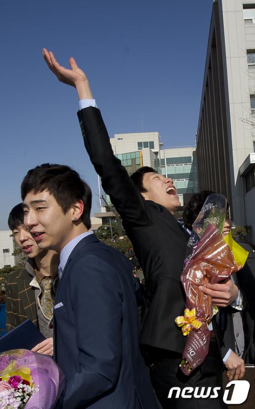 7일 오전 서울 광진구 대원고등학교에서 졸업식을 마친 학생들이 홀가분한 마음에 하늘을 보며 소리치고 있다.  News1   이명근 기자