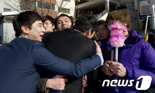 7일 오전 서울 광진구 대원고등학교에서 졸업식을 마친 학생들이 친구들을 껴안으며 서로를 격려하고 있다.  News1   이명근 기자