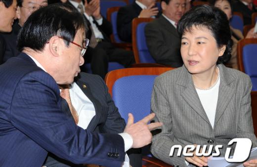 [사진]이야기나누는 박근혜-이주영