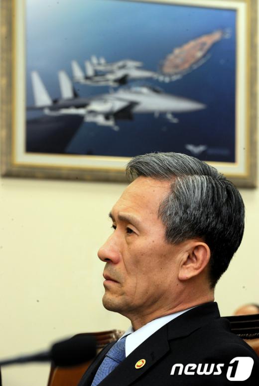 [사진]생각에 잠긴 김관진 국방장관