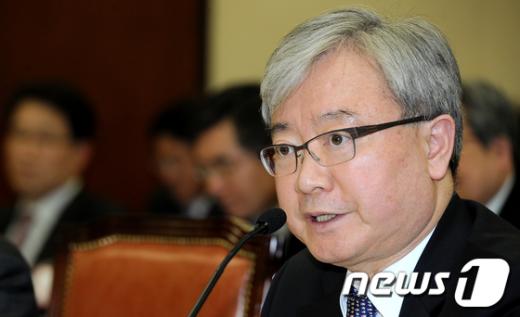[사진]의원들 질의에 답하는 김석동 위원장