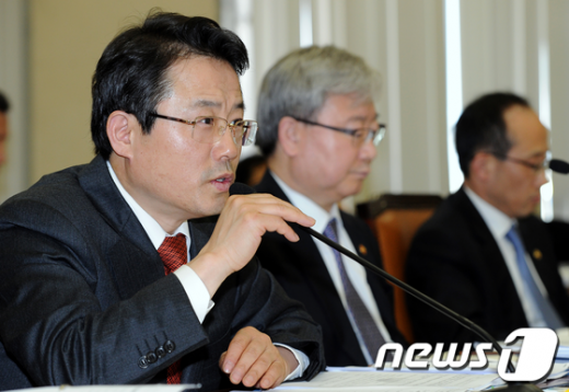 [사진]질의에 답하는 권혁세 금감원장