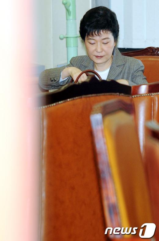 [사진]4월 총선 지역구 불출마 기자회견 준비하는 박근혜
