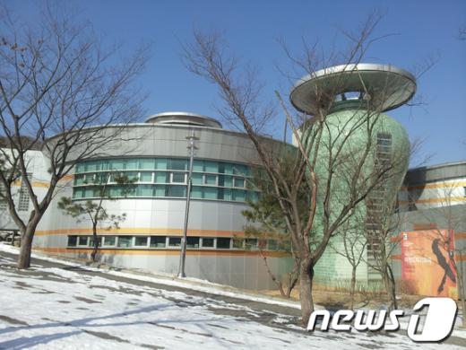 이천 설봉공원에 위치한 한국도자재단 전경  News1 정원평기자
