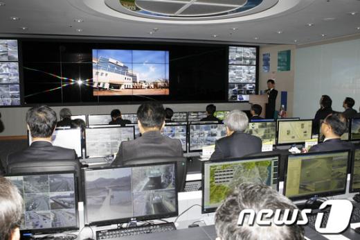 울산 북구 CCTV 통합관제센터 개소식이 열린 7일 오전 홍성욱 총무과장이 관제센터 운영에 관해 설명을 하고 있다.(울산 북구청 제공)  News1