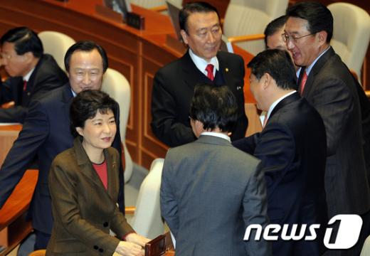 [사진]박근혜 위원장과 인사 나누는 의원들