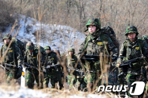 [사진]행군하는 여군ROTC 후보생