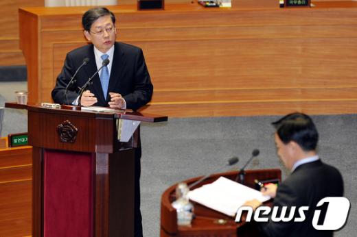 [사진]대정부질문 답하는 김황식 총리