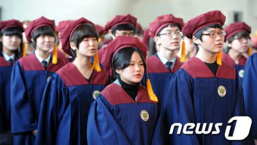 [사진]마지막으로 교가 합창하는 졸업생들