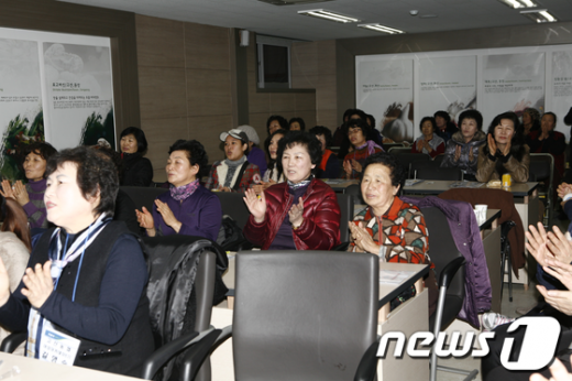 전북 완주 고산농협 여성아카데미가 지난 8일 농협 웰컴센터에서 개강식을 가졌다. 여성아카데미는 다음달 14일까지 매주 수요일과 금요일에 열린다../사진제공=전북농협 News1
