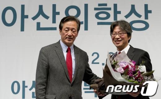[사진]정몽준 이사장 축하받는 고규영 교수