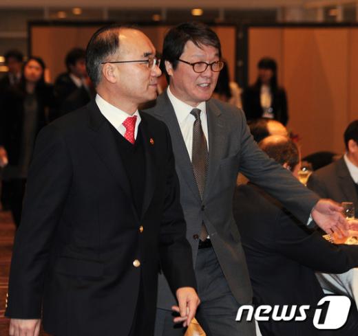 [사진]세미나 환영만찬 참석하는 박재완 장관