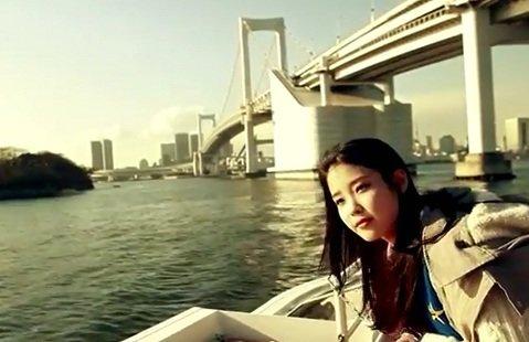 도쿄만을 운항하는 크루즈를 승선한 아이유, 뒤로 보이는 것은 레인보우브릿지(사진 = 아이유 'Last Fantasy'영상 중 한 장면)