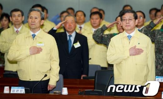 [사진]국민의례하는 김황식-김관진