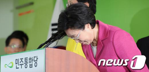 [사진]인사하는 한명숙 대표