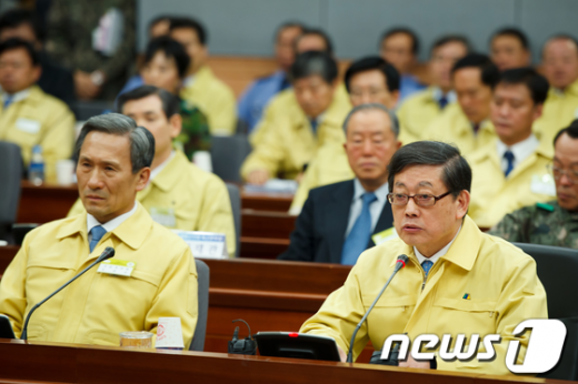 [사진]중앙통합방위회의 주재하는 김황식 총리