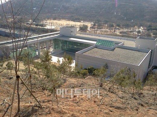 국고 200억들인 도서관, '박정희'서적만 가득?