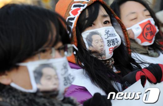 [사진]'정봉주 구출하자' 구호 외치는 참석자들
