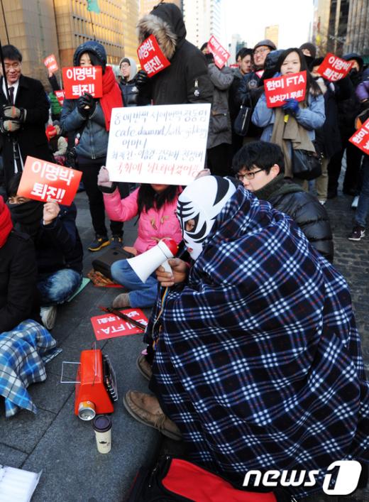 [사진]한파 속 FTA 집회, '담요에 난로까지'