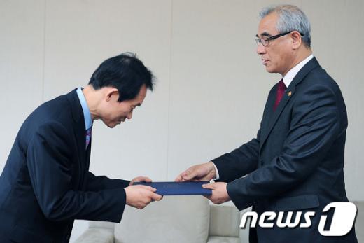 [사진]최광식 장관, 한국문화관광연구원장 임명장 수여