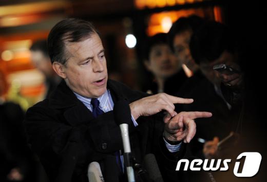 글린 데이비스 대북정책 특별대표가 베이징에서 북한과 고위급 회담을 앞두고 기자회견에서 발언하고 있다.  AFP=News1