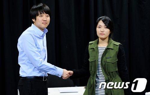 지난 3일 토론에 앞서 악수를 나누는 이준석씨(좌)와 김지윤씨(우) (사진=news1 오대일 기자)