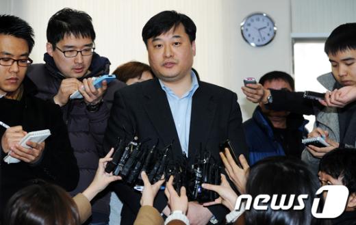 김동환 CJ그룹 홍보부장이 지난 23일 오후 서울 중부경찰서에서 고소장을 제출한 뒤 고소 취지를 설명하고 있다.  News1 오대일 기자