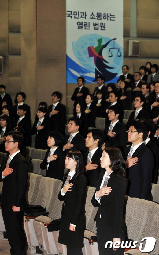 [사진]국민의례하는 신임 법관