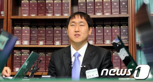 [사진]취재진 만난 최영 판사