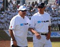 ↑<b>세계최고부자의 야구사랑</b><br /> 카를로스 슬림 헬루 텔멕스 회장(왼쪽)이 2008년 멕시코 시티에 건립된 멕시코 최대의 텔멕스 스포츠 센터 개장식에 뉴욕 양키스 알렉스 로드리게스와 함께 참석한 모습이다. [카를로스 슬림 헬루 홈페이지 캡쳐]