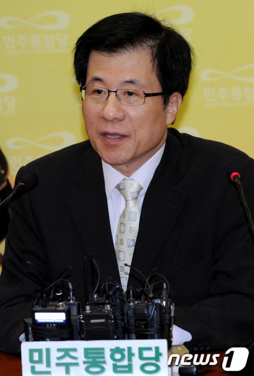 [사진]4차 공천심사결과 발표하는 신경민 대변인