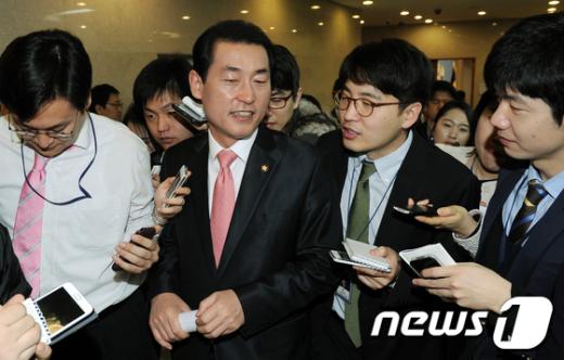 [사진]새누리당 2차 전략지역 발표하는 황영철