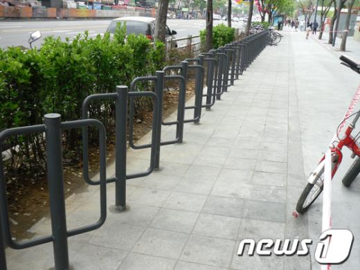 건대입구에 설치된 자전거보관대 인증제품   News1