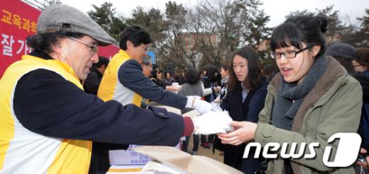 [사진]개강맞이 떡 나누기 행사 개최