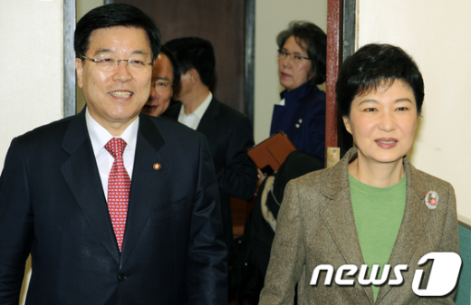 [사진]회의장 들어서는 박근혜