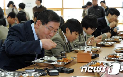 [사진]학생들과 식사하는 박원순 시장