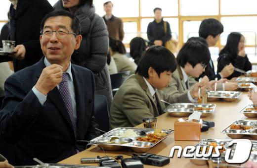 [사진]학생들과 함께 식사하는 박원순 시장