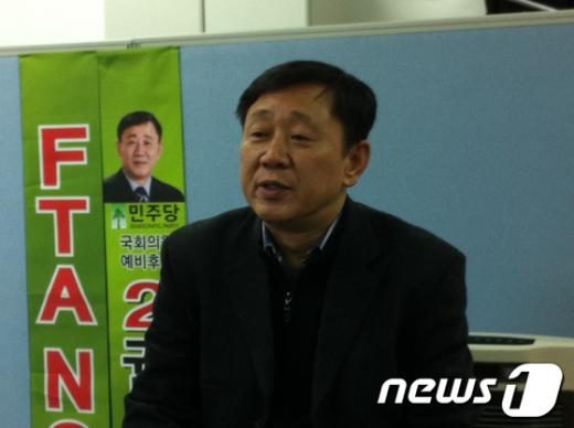 권병욱 민주통합당 대덕구 예비후보는 5일 대전 대덕구 자신의 선거사무소에서 기자회견을 열고 대덕구의 야권연대를 강력하게 주장했다. News1