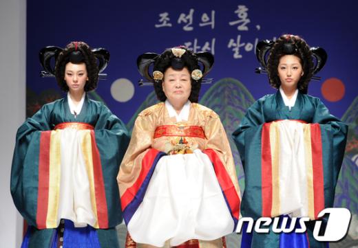 [사진]한복 패션쇼 무대 오른 배우 강부자
